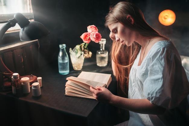 Młoda kobieta chora czytanie książki w szpitalu