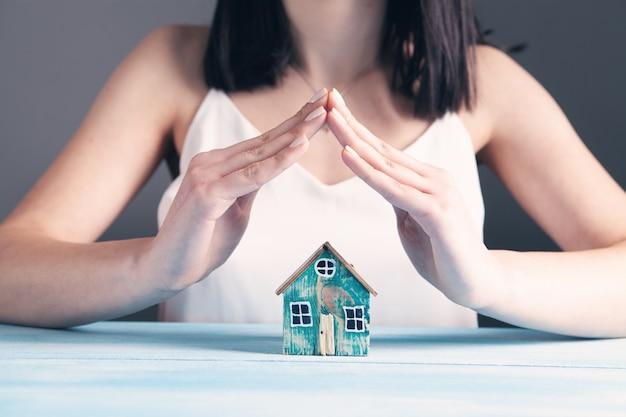Młoda kobieta chroni dom