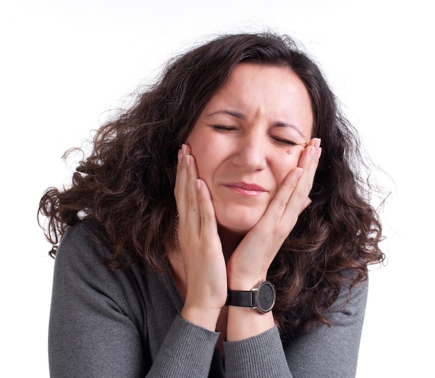 Młoda kobieta cierpi na ból zęba na białym tle