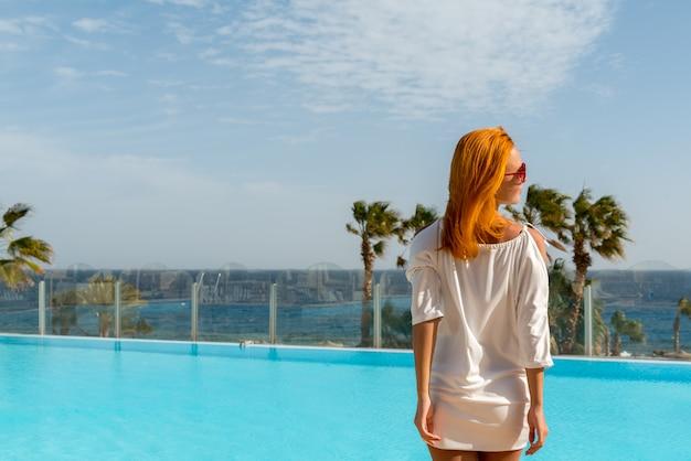 Młoda kobieta, ciesząc się słońcem