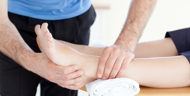 Młoda kobieta cieszy się nożnego masaż