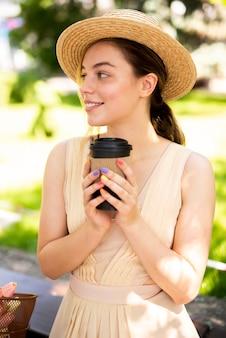 Młoda kobieta cieszy się świeżą kawę