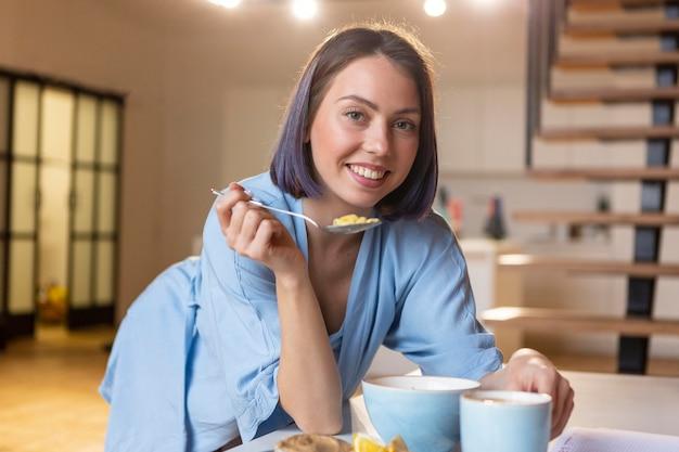Młoda kobieta cieszy się wolnym czasem