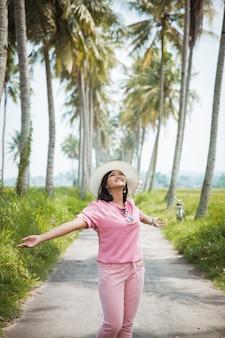 Młoda kobieta cieszyć się wakacjami w tropikalnej wyspie