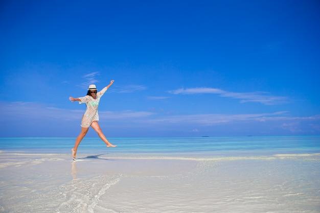 Młoda kobieta cieszyć się wakacje na tropikalnej plaży na malediwach