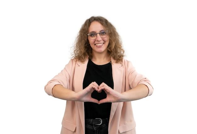 Młoda kobieta co kształt serca z rękami na białym tle