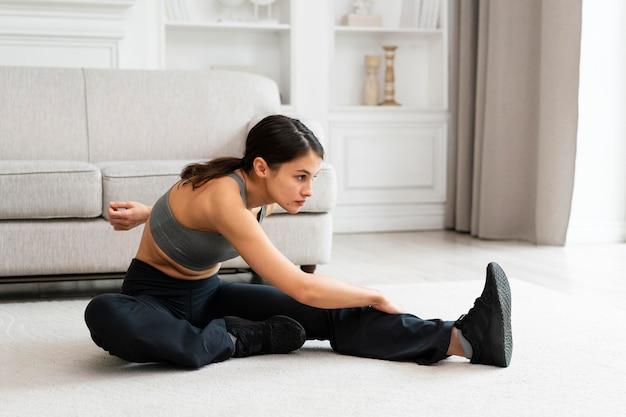 Młoda kobieta ćwicząca w domu