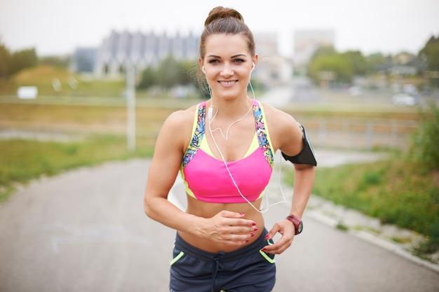 Młoda kobieta ćwiczeń na zewnątrz. zdrowy tryb życia nie musi być taki trudny
