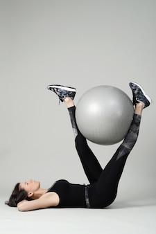 Młoda kobieta, ćwiczenia, fitness
