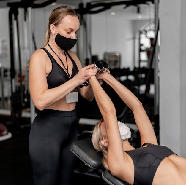 Młoda kobieta, ćwiczenia na siłowni