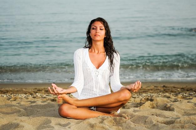 Młoda kobieta ćwiczenia relaksacyjne