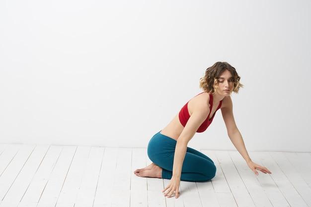 Młoda kobieta ćwiczy jogę i ćwiczenia w domu