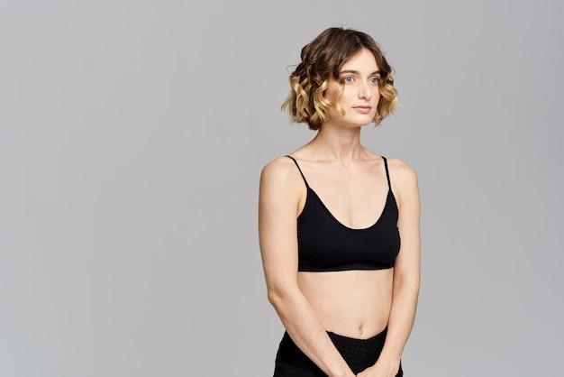 Młoda kobieta ćwiczy jogę w domu