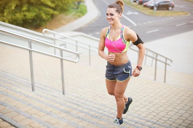 Młoda kobieta ćwiczy na świeżym powietrzu. dobre efekty przyniesie dobra dieta i aktywny tryb życia