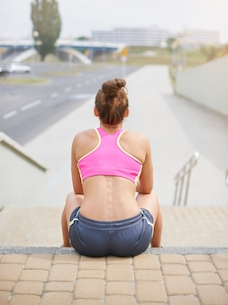 Młoda kobieta ćwiczy na świeżym powietrzu. lato to czas, aby zadbać o siebie