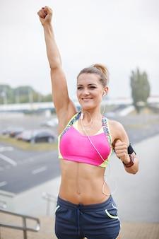 Młoda kobieta ćwiczy na świeżym powietrzu. nie było łatwo osiągnąć mój cel