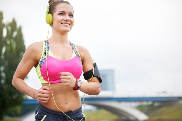 Młoda kobieta ćwiczy na świeżym powietrzu. niski kąt widzenia kobiety jogging