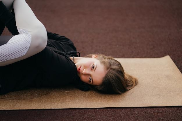 Młoda kobieta ćwiczy poza siłownią
