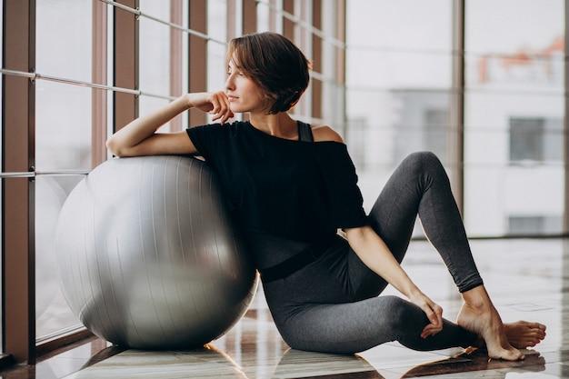 Młoda kobieta ćwiczy przy gym