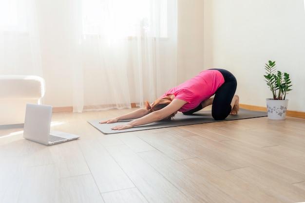 Młoda kobieta ćwiczy w domu