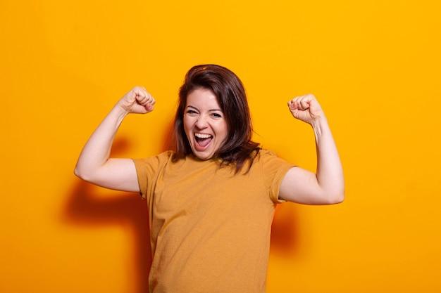 Młoda kobieta czuje się szczęśliwa podczas tańca w studio