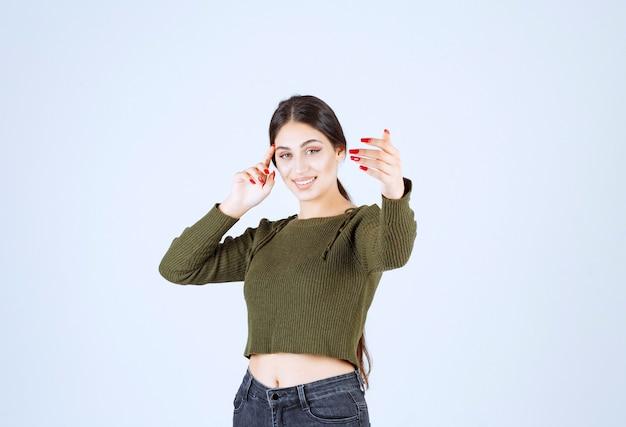 Młoda kobieta czuje się wesoła i pokazuje ramiona.