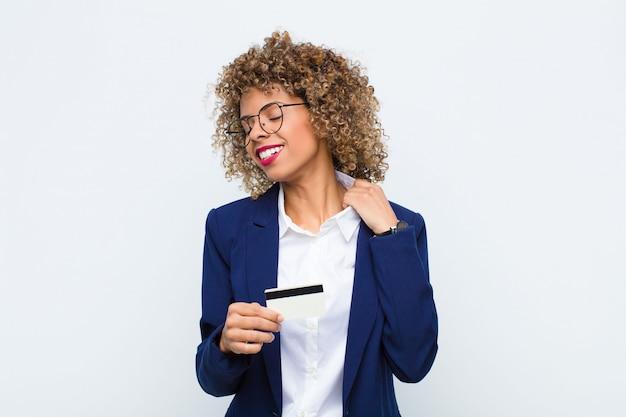 Młoda kobieta czuje się zestresowana, niespokojna, zmęczona i sfrustrowana, ciągnie szyję koszuli, wygląda na sfrustrowaną problemem z kartą kredytową