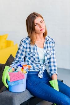 Młoda kobieta czyści dom