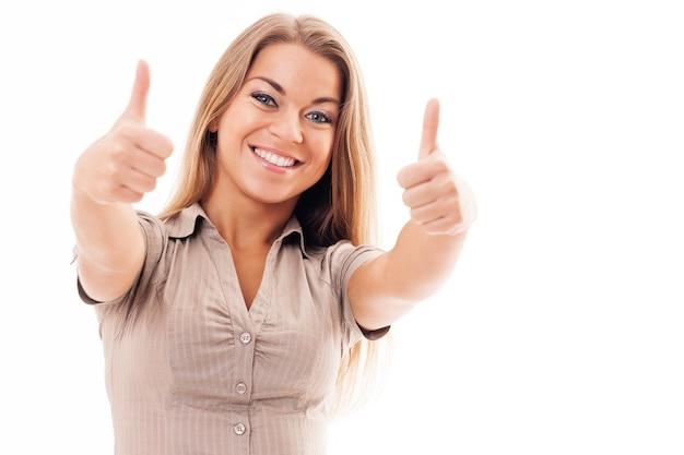 Młoda kobieta daje kciuki do góry