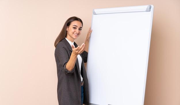 Młoda kobieta daje prezentaci na białej desce daje prezentaci na białej desce