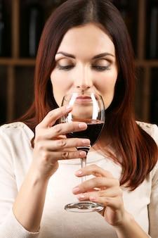 Młoda kobieta degustacja wina w piwnicy