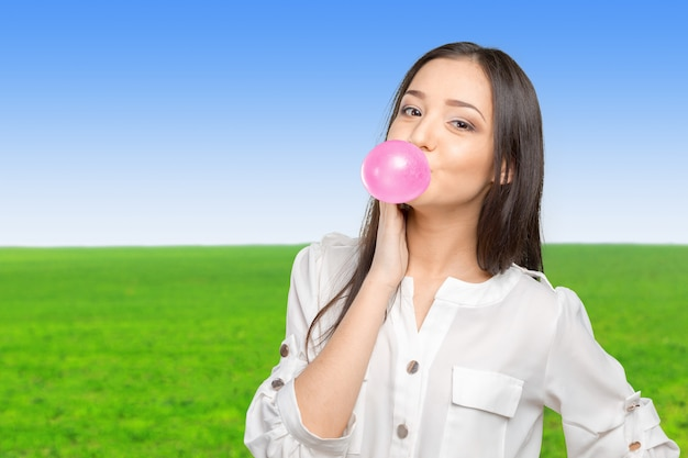 Młoda kobieta dmuchanie gumy do żucia