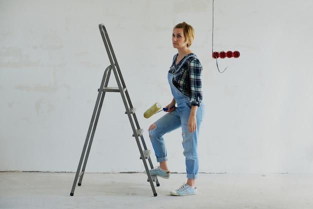 Młoda kobieta dokonuje napraw w swoim domu