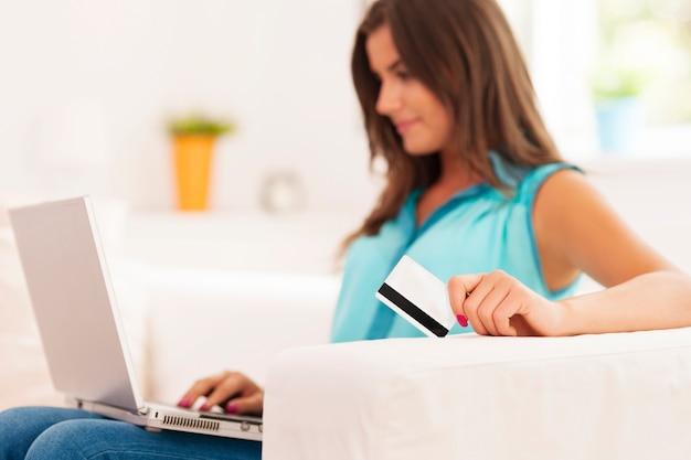 Młoda kobieta dokonywania płatności internetowych