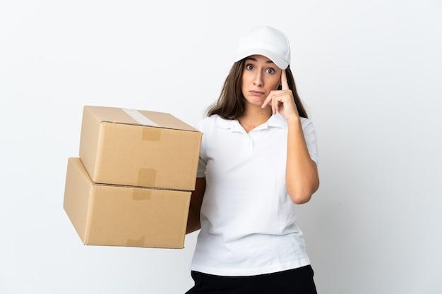 Młoda kobieta dostarczająca na odosobnionym białym tle, myśląca o pomyśle