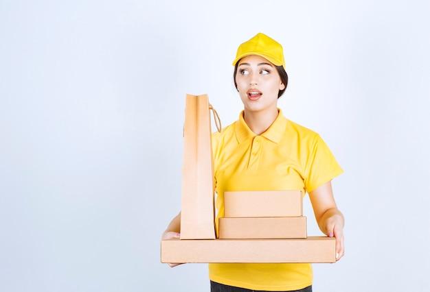 Młoda kobieta dostarczająca paczki