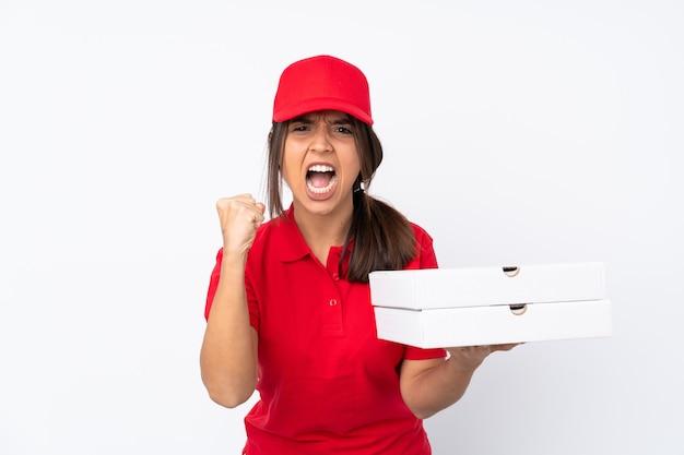 Młoda kobieta dostarczająca pizzę sfrustrowana złą sytuacją