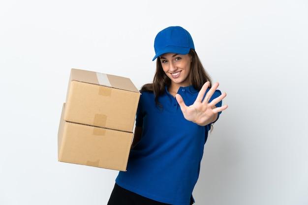 Młoda kobieta dostawy na białym tle, licząc pięć palcami