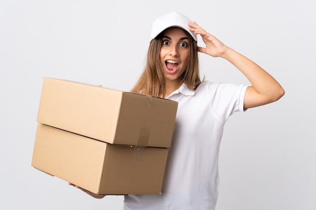 Młoda kobieta dostawy na białym tle na białej ścianie z wyrazem zaskoczenia