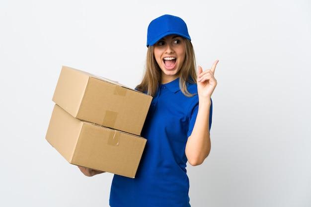 Młoda kobieta dostawy na białym tle na białej ścianie z zamiarem realizacji rozwiązania, podnosząc palec w górę