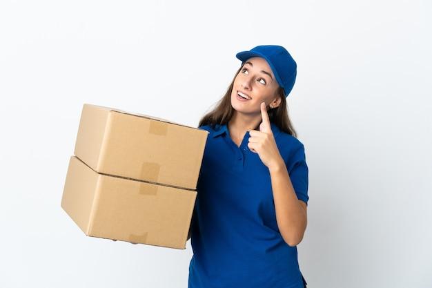 Młoda kobieta dostawy na białym tle, wskazując palcem wskazującym świetny pomysł