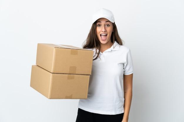 Młoda kobieta dostawy na odosobnionym białym tle z niespodzianką wyrazem twarzy