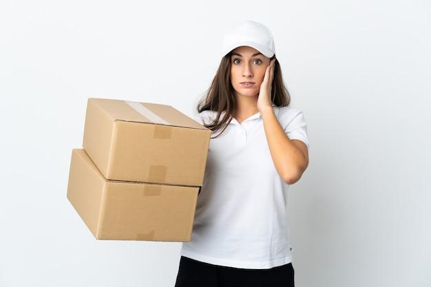 Młoda kobieta dostawy na pojedyncze białym tle sfrustrowani i zakrywające uszy