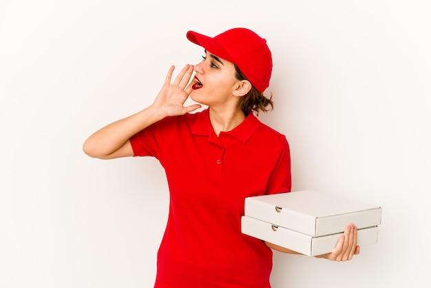 Młoda kobieta dostawy pizzy gospodarstwa pizze na białym tle