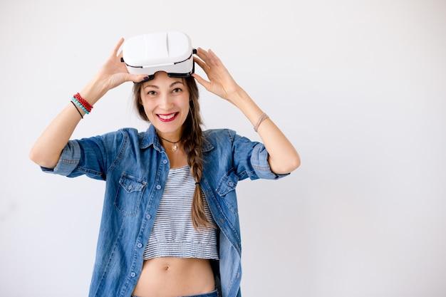 Młoda kobieta doświadcza technologii vr