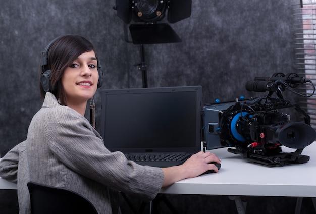 Młoda kobieta edytor wideo pracuje w studiu