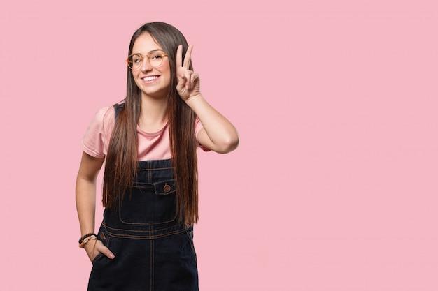 Młoda kobieta fajna zabawa i szczęśliwy robi gest zwycięstwa