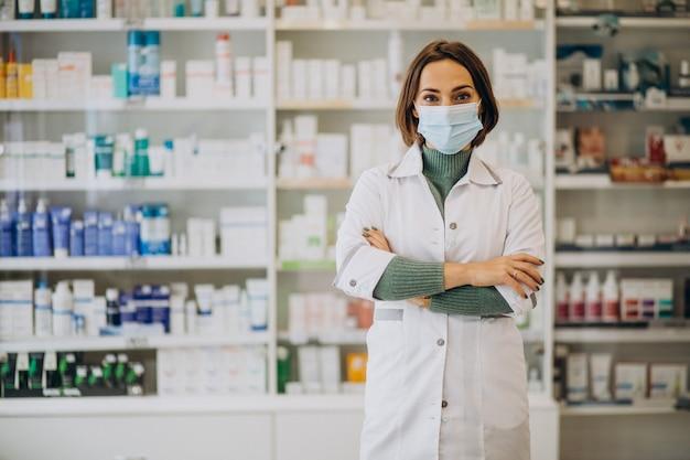 Młoda kobieta farmaceuty w aptece