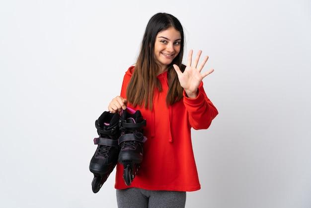 Młoda kobieta figurowa na białym tle licząc pięć palcami