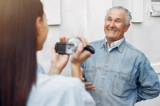 Młoda kobieta filmuje swojego dziadka